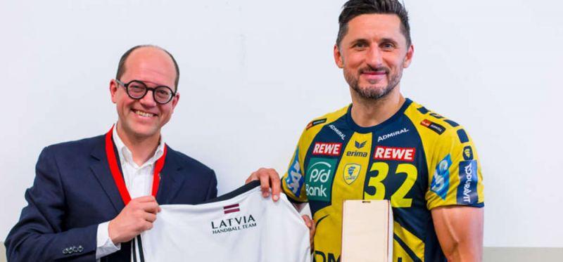 """Der lettische Verbandspräsident ehrt seine """"Handball-Botschafter"""" in Hamburg"""