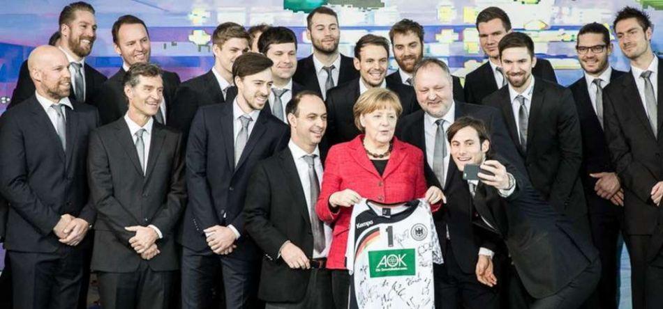 Empfang bei der Bundeskanzlerin mit Selfie, Trikot und der Merkel-Raute
