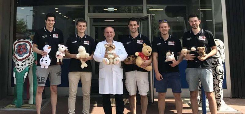HSV Hannover übergibt 350 Kuscheltiere an Kinderklinik